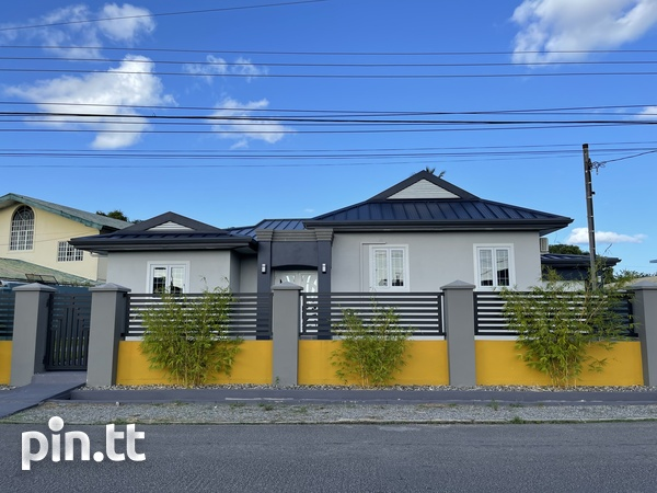 BEAUTIFUL HOME WITH 3 BEDROOMS LANGE PARK-1