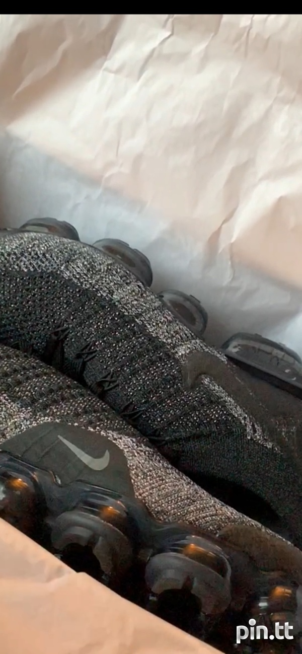 Nike_black_with _gold_flakes_flyknit 2 VaporMax-1