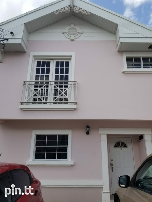 Brentwood Townhouse with 3 Bedrooms-1