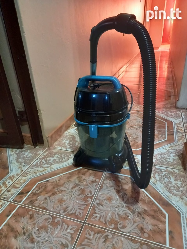 Vaccum that uses water