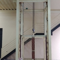 Large Aranguez warehouse with lift