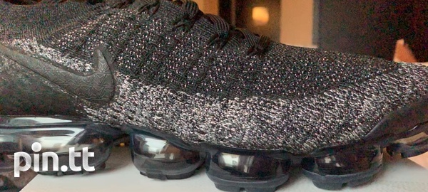 Nike_black_with _gold_flakes_flyknit 2 VaporMax-3