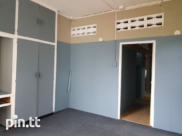 Neatly Tucked Away Saddle Road 2 Bedroom Apartment-2