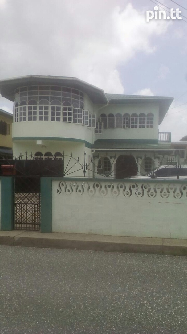 Arima house with 4 bedrooms-1