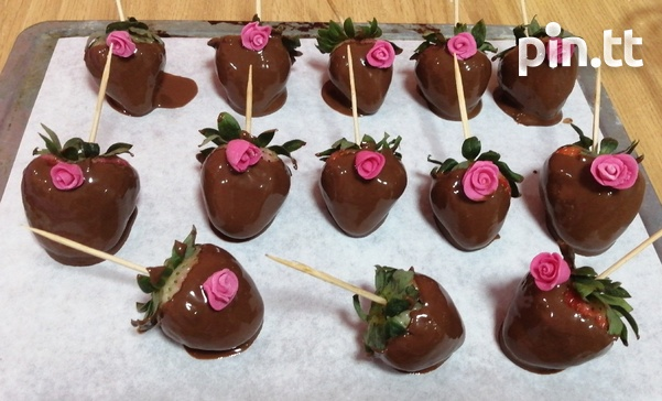 Valentines day sweet box and chocolate covered strawberries-3